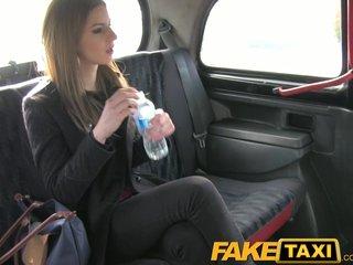 трахаются в такси