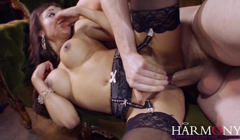 Порно дрочит клитор во время траха